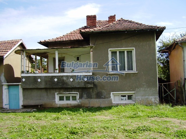 2060:1 - Solid built brick bulgarian house in Pleven region
