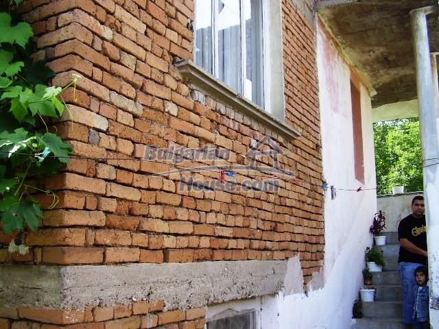 2060:2 - Solid built brick bulgarian house in Pleven region