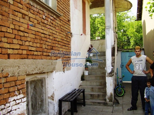 2060:3 - Solid built brick bulgarian house in Pleven region
