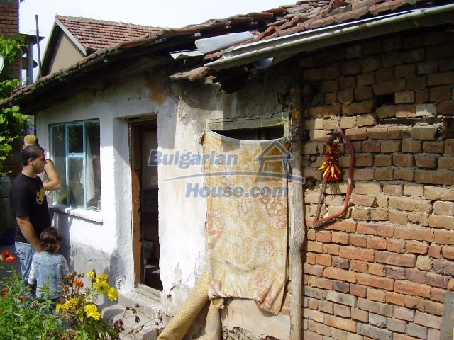 2060:11 - Solid built brick bulgarian house in Pleven region