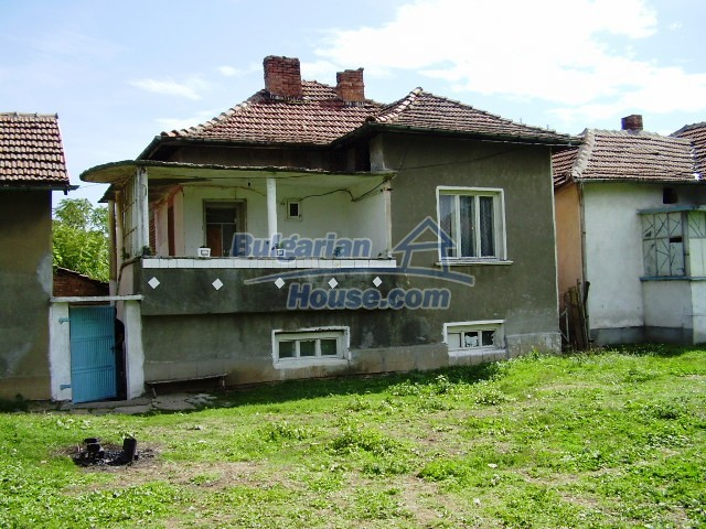 2060:10 - Solid built brick bulgarian house in Pleven region