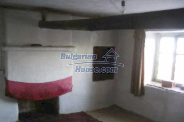 3473:3 - Brick bulgarian house located 60km. away from the administrative
