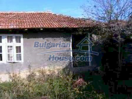 4910:2 - Typical rural bulgarian house featuring a nice front garden