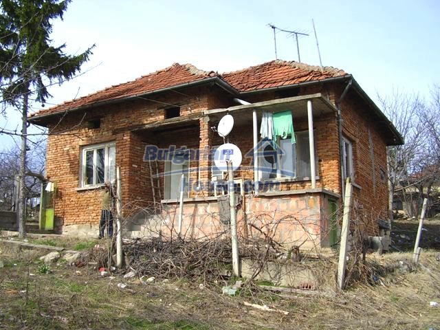 5906:5 - Rural brick bulgarian house 20 km away from the town of Pleven