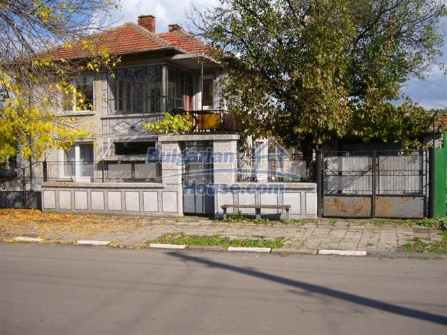 10652:2 - A large and well maintained two-storey house near Yambol town
