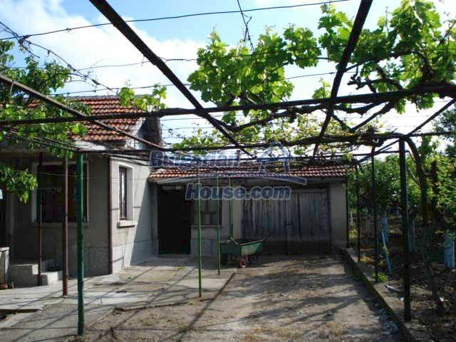 11023:5 - Pretty small rural house with plenty of fruit trees in the yard