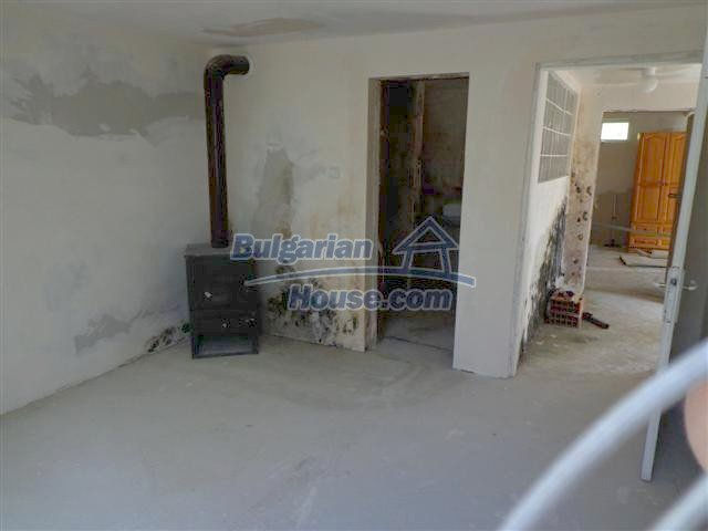 11507:10 - Cheap massive partly renovated rural house in Bourgas