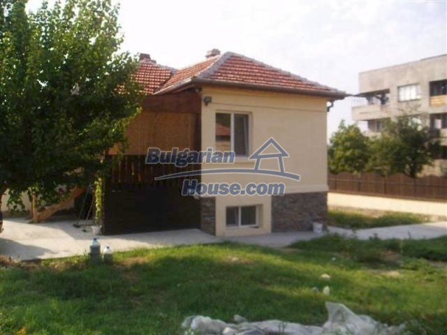 11700:1 - Two nice maintained houses with large plots of land near Elhovo