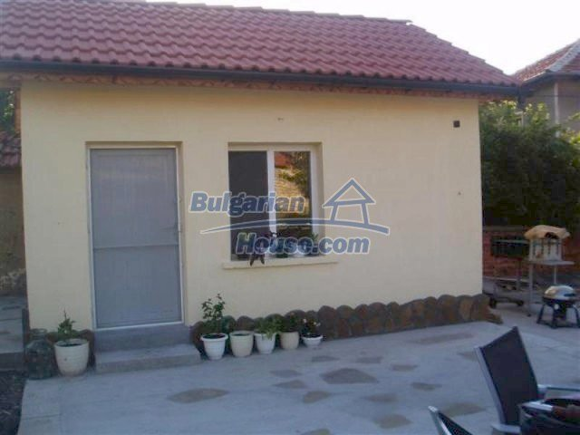 11700:22 - Two nice maintained houses with large plots of land near Elhovo