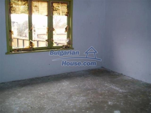 11700:27 - Two nice maintained houses with large plots of land near Elhovo