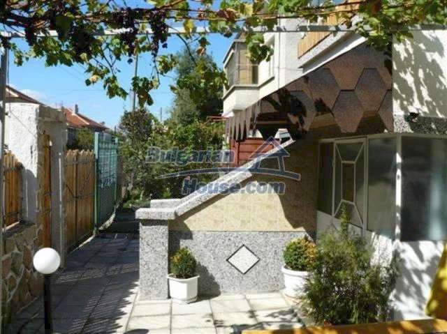11914:4 - Splendid massive house with sunny flower garden in Elhovo