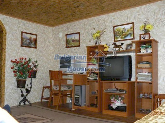 11914:16 - Splendid massive house with sunny flower garden in Elhovo