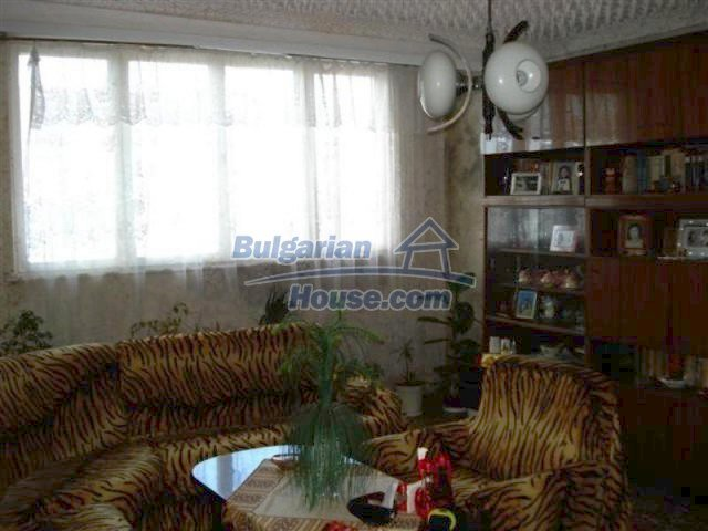 11940:6 - Nice semi-detached Bulgarian house in the centre of Elhovo