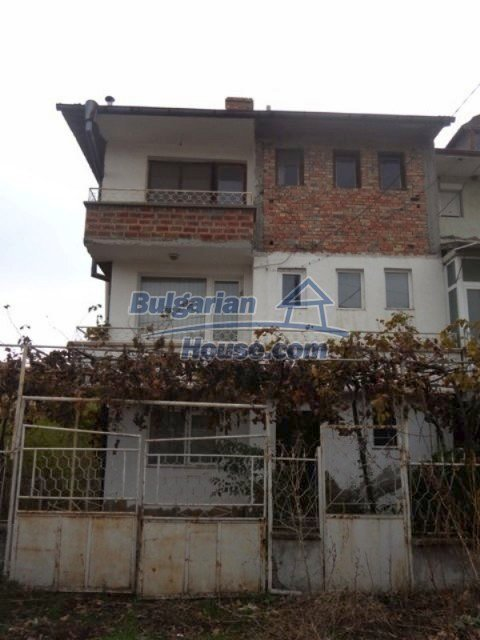 12108:19 - Well maintained three-storey house in Aheloy