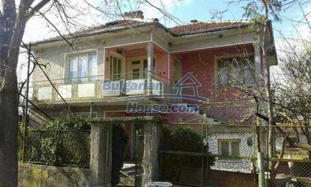 12114:1 - Spacious rural house with garden and two garages - Elhovo
