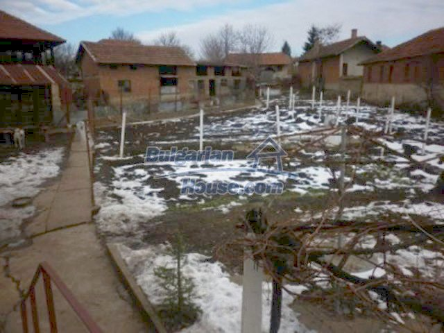 12226:10 - Two nice houses and large landscaped garden near Vratsa