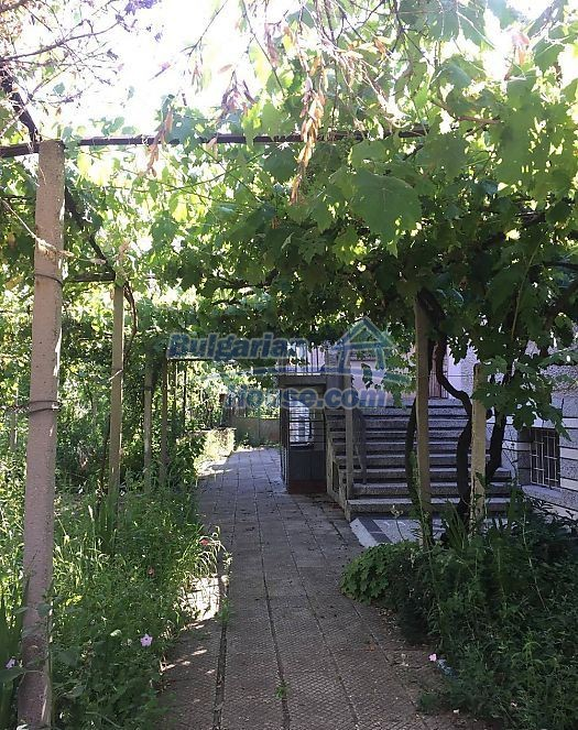 12530:6 - Cheap House between Plovdiv and Stara Zagora with vast garden