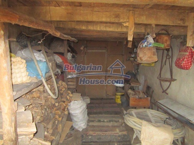 11096:29 - Partly furnished house close to a dam lake in Targovishte region
