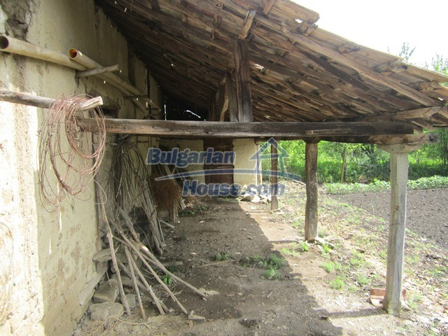 11096:38 - Partly furnished house close to a dam lake in Targovishte region