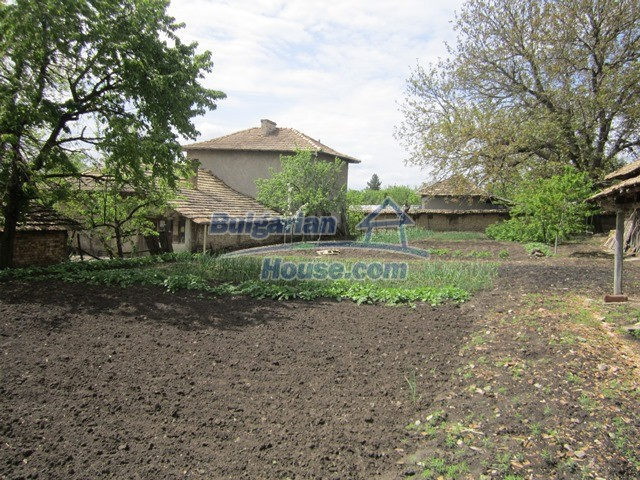 11096:39 - Partly furnished house close to a dam lake in Targovishte region
