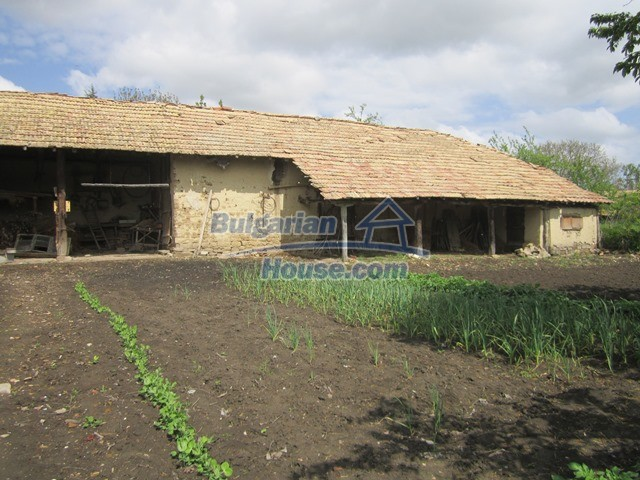 11096:33 - Partly furnished house close to a dam lake in Targovishte region