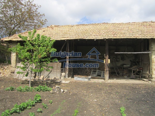 11096:35 - Partly furnished house close to a dam lake in Targovishte region