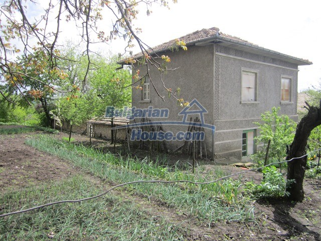 11096:44 - Partly furnished house close to a dam lake in Targovishte region