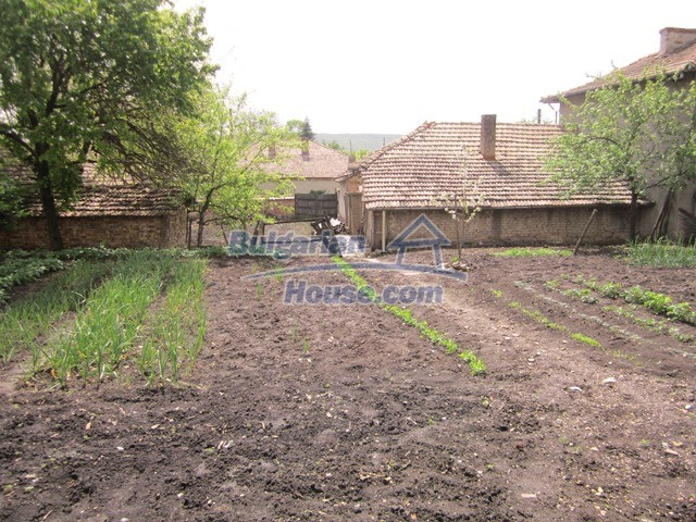 11096:37 - Partly furnished house close to a dam lake in Targovishte region
