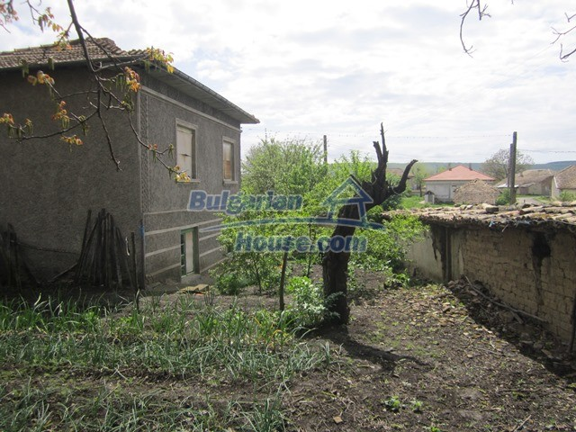 11096:45 - Partly furnished house close to a dam lake in Targovishte region