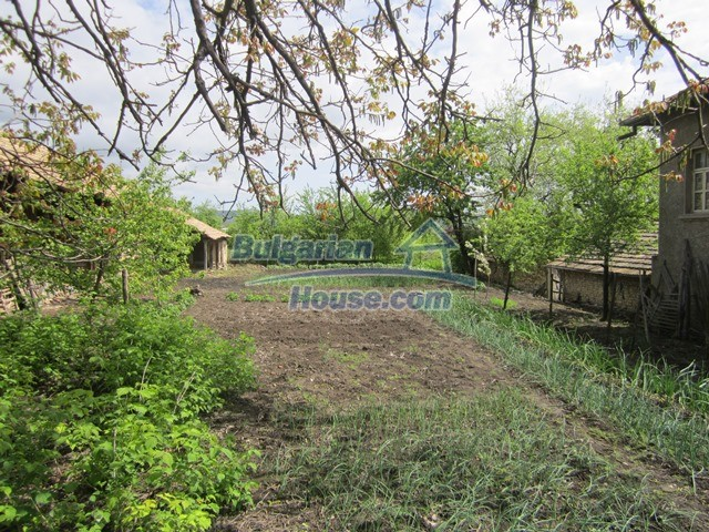 11096:43 - Partly furnished house close to a dam lake in Targovishte region