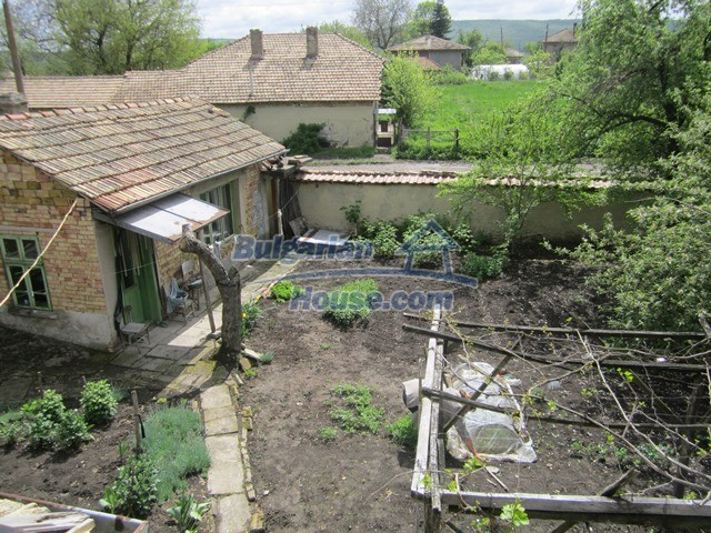 11096:63 - Partly furnished house close to a dam lake in Targovishte region
