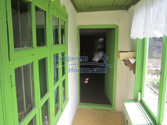 11096:51 - Partly furnished house close to a dam lake in Targovishte region