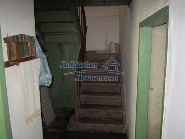 11096:59 - Partly furnished house close to a dam lake in Targovishte region