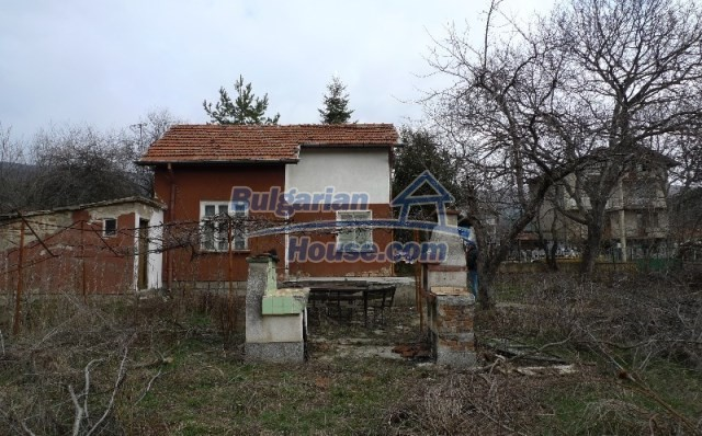 11073:13 - Nice house in a village on the slope of the Balkan mountains