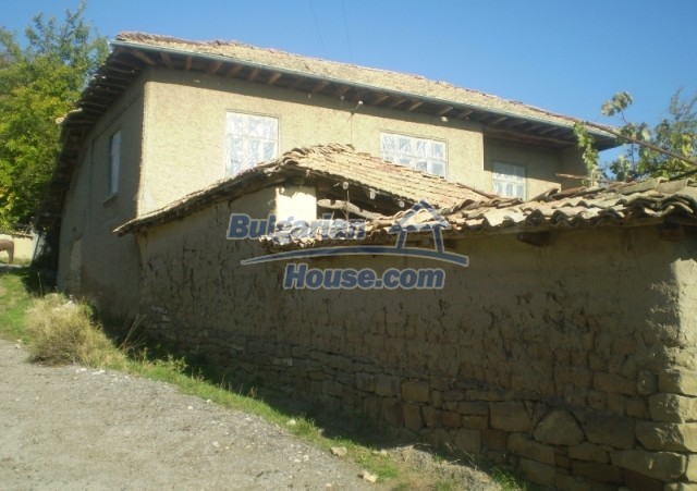 12369:1 - A solid Bulgarian house 70km from Veliko Tarnovo,5km from Lake