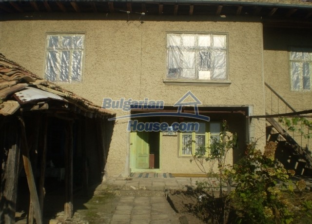 12369:2 - A solid Bulgarian house 70km from Veliko Tarnovo,5km from Lake