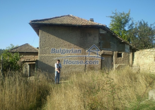 12369:3 - A solid Bulgarian house 70km from Veliko Tarnovo,5km from Lake