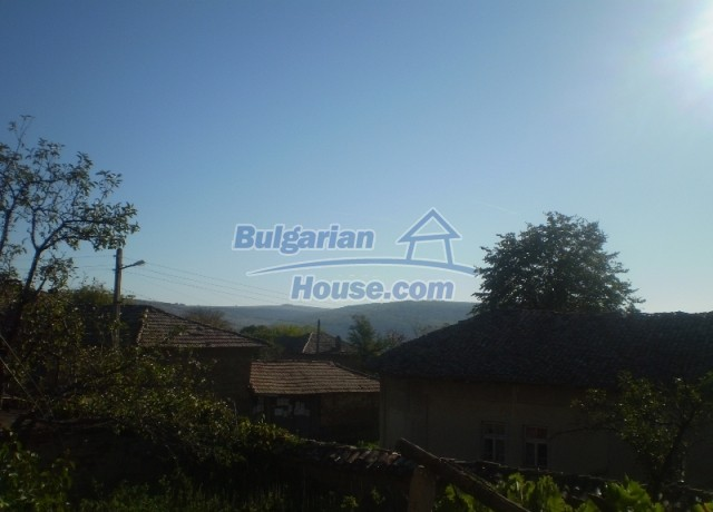 12369:10 - A solid Bulgarian house 70km from Veliko Tarnovo,5km from Lake