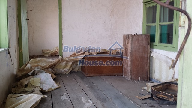 12369:18 - A solid Bulgarian house 70km from Veliko Tarnovo,5km from Lake
