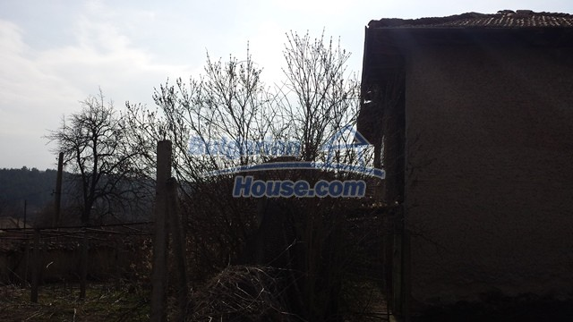 12369:14 - A solid Bulgarian house 70km from Veliko Tarnovo,5km from Lake