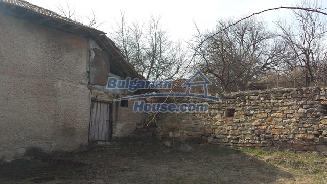 12369:13 - A solid Bulgarian house 70km from Veliko Tarnovo,5km from Lake