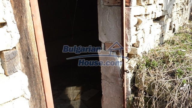 12369:29 - A solid Bulgarian house 70km from Veliko Tarnovo,5km from Lake