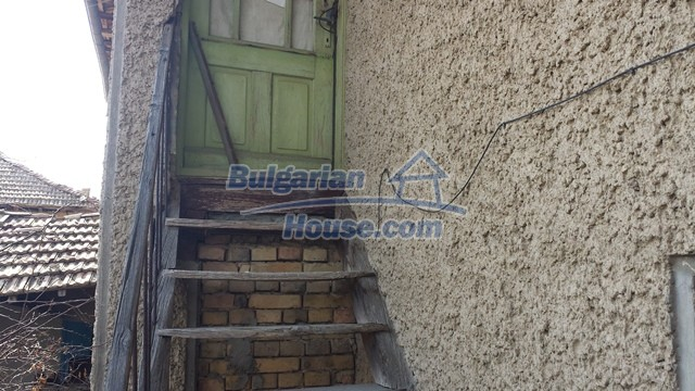 12369:28 - A solid Bulgarian house 70km from Veliko Tarnovo,5km from Lake