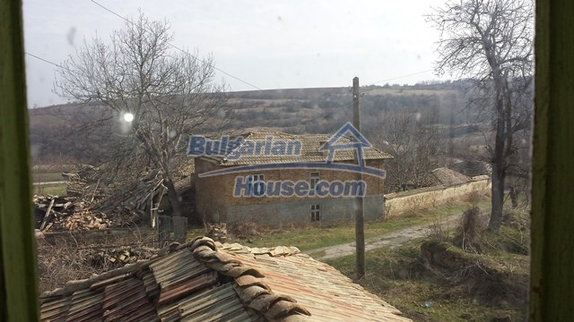 12369:25 - A solid Bulgarian house 70km from Veliko Tarnovo,5km from Lake