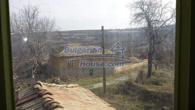 12369:26 - A solid Bulgarian house 70km from Veliko Tarnovo,5km from Lake
