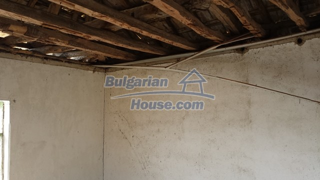 12369:24 - A solid Bulgarian house 70km from Veliko Tarnovo,5km from Lake