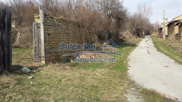 12369:31 - A solid Bulgarian house 70km from Veliko Tarnovo,5km from Lake