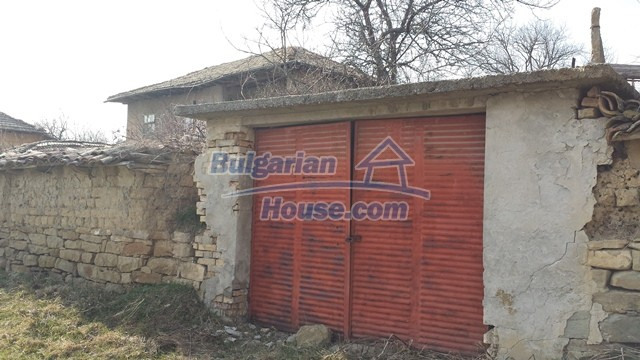 12369:30 - A solid Bulgarian house 70km from Veliko Tarnovo,5km from Lake