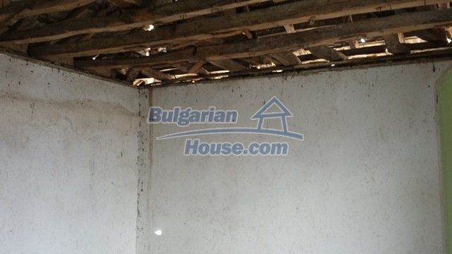 12369:19 - A solid Bulgarian house 70km from Veliko Tarnovo,5km from Lake