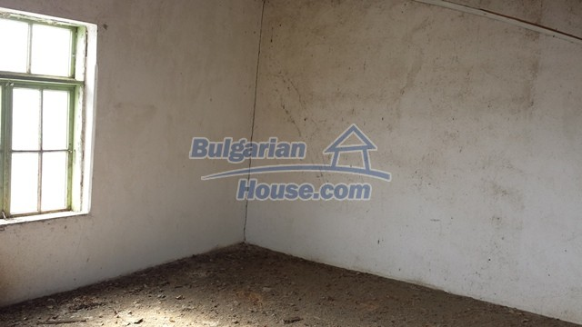 12369:23 - A solid Bulgarian house 70km from Veliko Tarnovo,5km from Lake